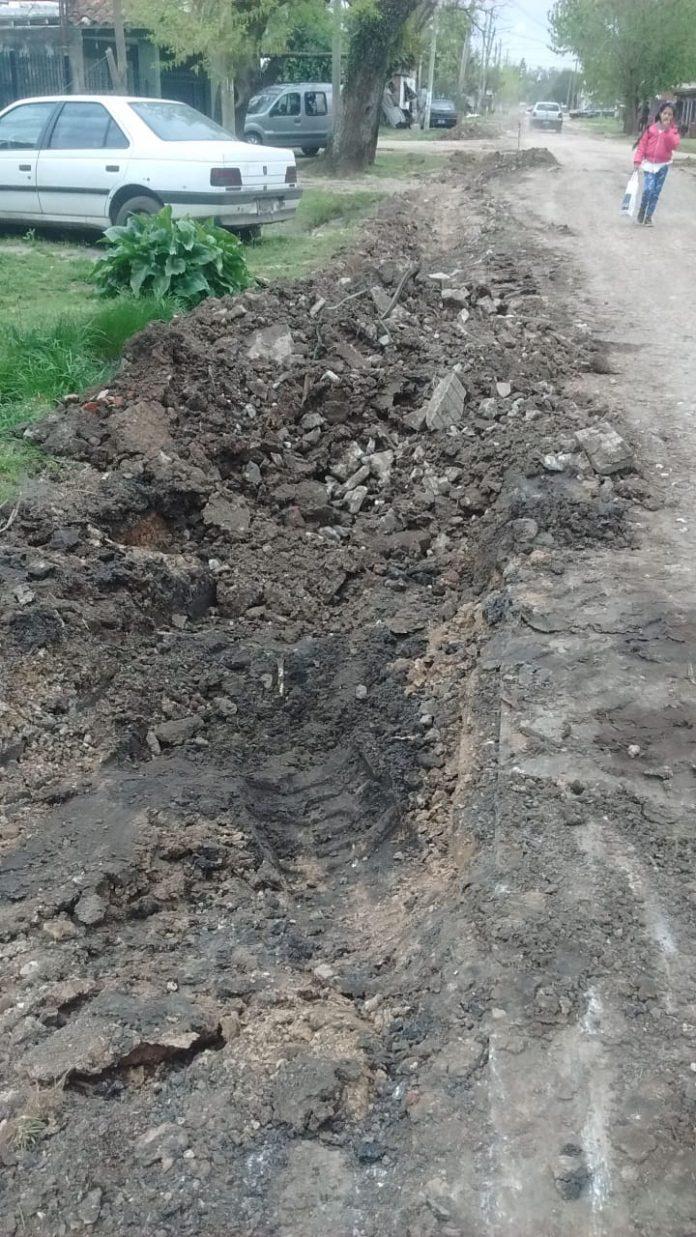 Rotura de asfalto de Pizarro en barrio Peruzzotti
