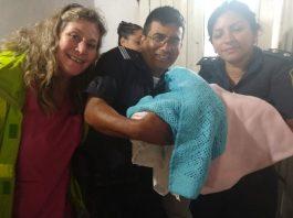 Dos oficiales poliparteros ayudan a una mama en apuros en Lagomarsino