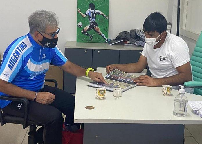 1- El director de Deportes municipal, Fernando Trillo, recibió al ciclista local Osmar González